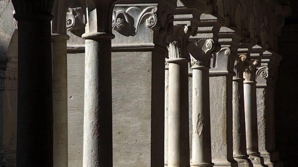 84 Senanque abbaye 29 les colonnes du cloitre
